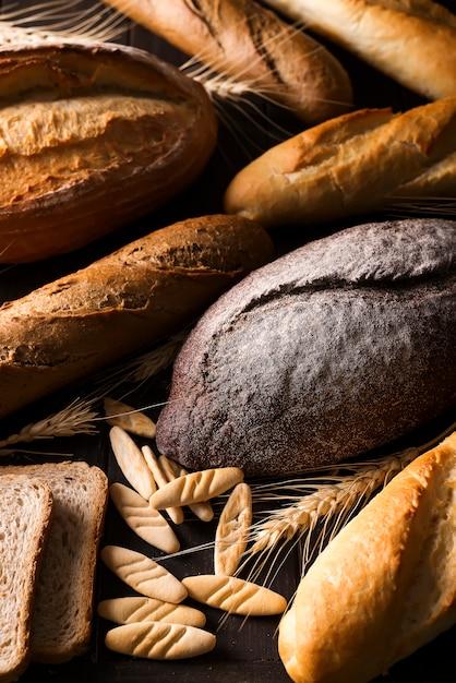 Vista superior dos diferentes tipos de pão com cereais isolados Foto Premium