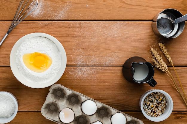Vista superior dos ingredientes na mesa de madeira Foto gratuita