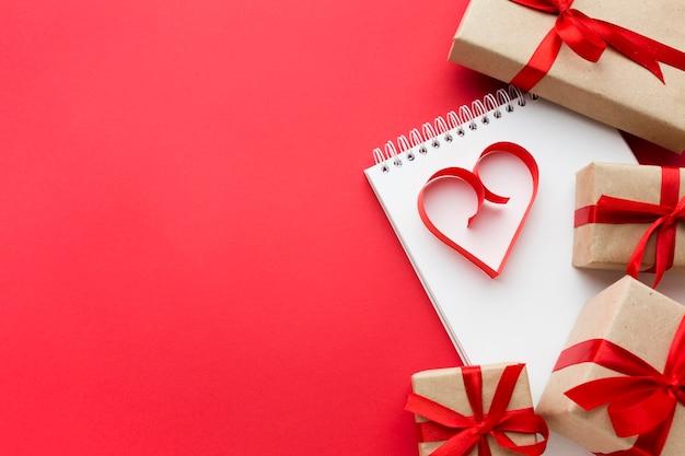 Vista superior dos presentes e forma de coração de papel com espaço de cópia Foto gratuita