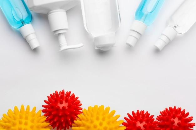 Vista superior dos produtos de desinfecção com vírus Foto gratuita