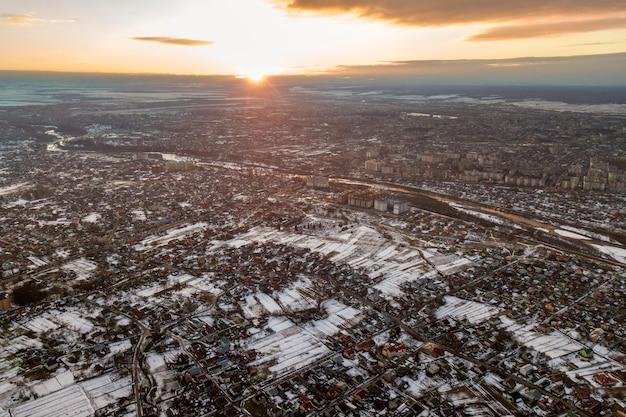Vista superior dos subúrbios da cidade ou casas agradáveis da cidade pequena na manhã de inverno no céu nublado. Foto Premium