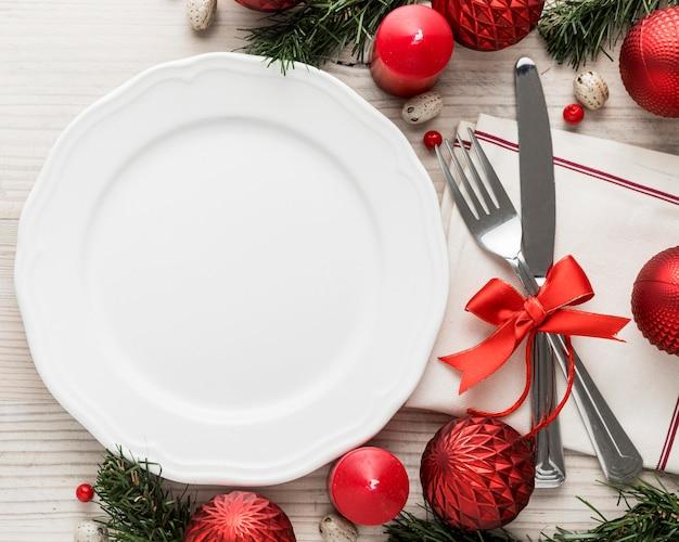 Vista superior dos talheres de natal com prato vazio Foto gratuita