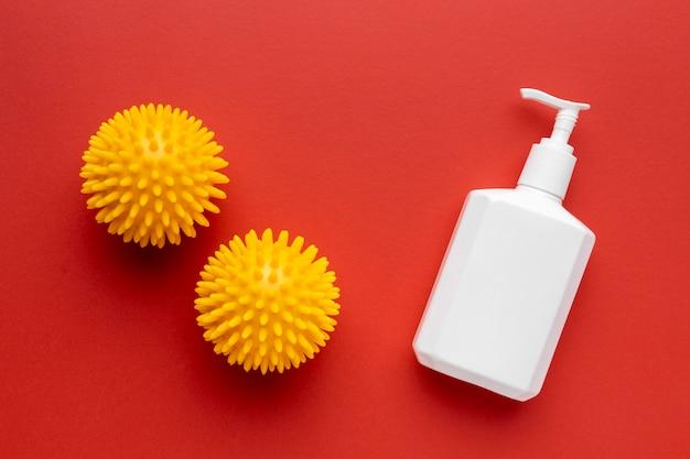Vista superior dos vírus com frasco de sabão líquido Foto gratuita