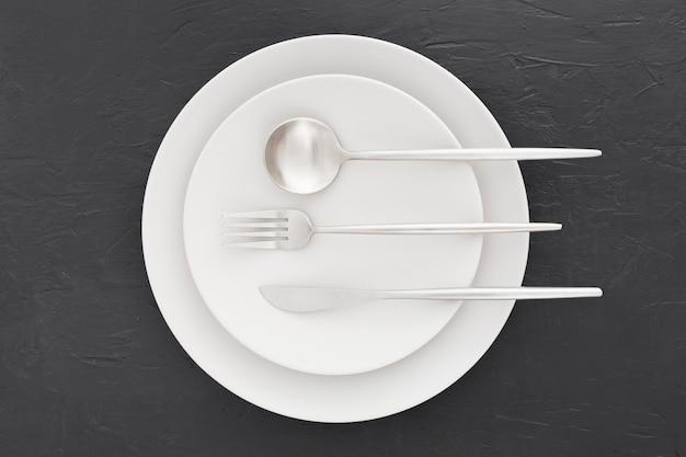 Vista superior elegante prato com talheres Foto gratuita