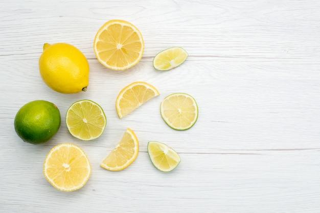Vista superior em fatias de limão fresco azedo e suculento fatiado em suco tropical de frutas cítricas brancas Foto gratuita