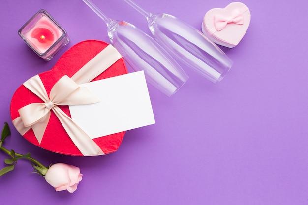 Vista superior em forma de coração caixas e cartão Foto gratuita