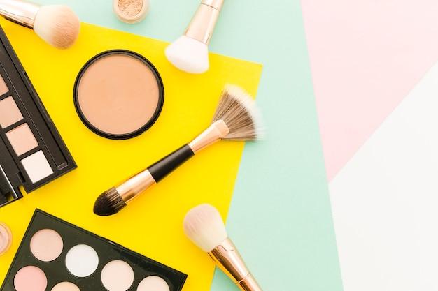 Vista superior escovas com maquiagem Foto gratuita