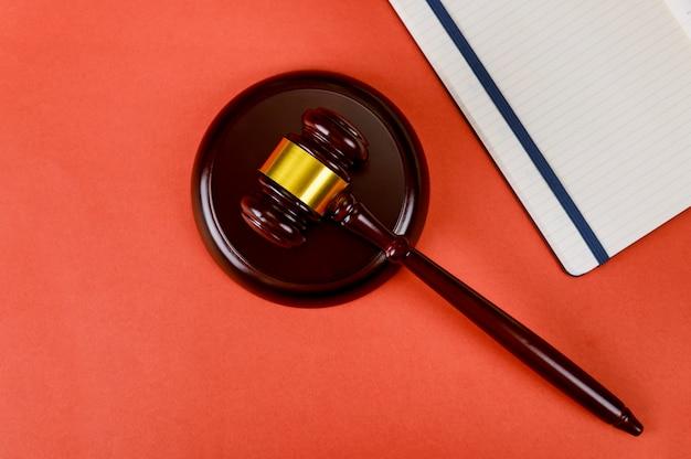 Vista superior escritório direito material com bloco de notas e juízes martelo de madeira Foto Premium