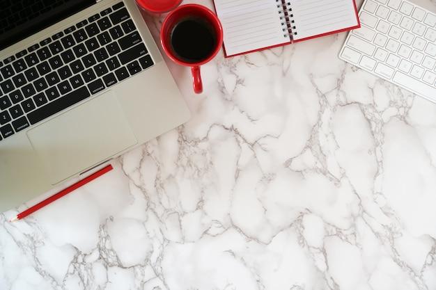 Vista superior, escritório, espaço trabalho, laptop, e, espaço cópia Foto Premium