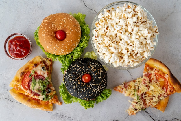 Vista superior fast food na mesa Foto gratuita