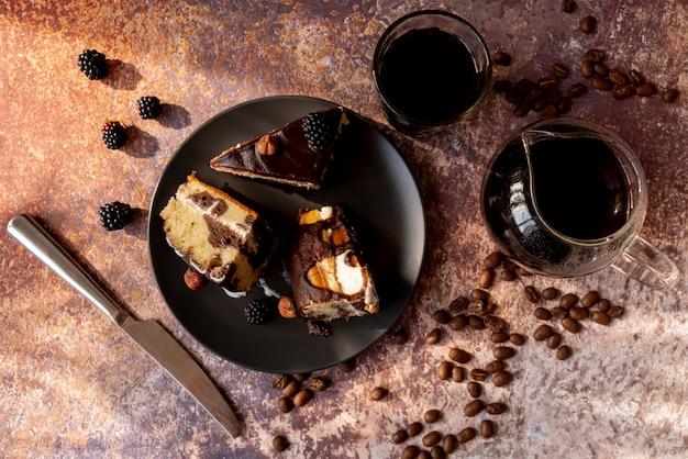 Vista superior fatias de bolo no prato Foto gratuita