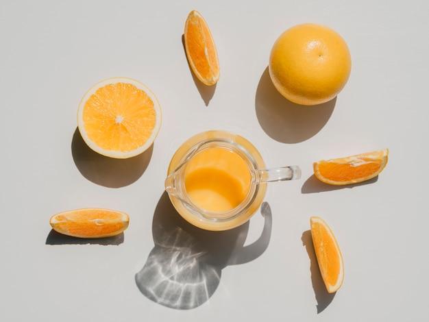 Vista superior fatias de laranja e suco de laranja Foto gratuita