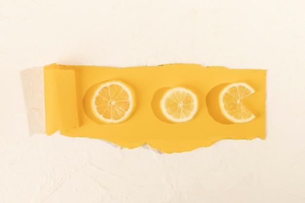 Vista superior fatias de limão na mesa Foto gratuita