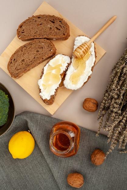 Vista superior fatias de pão com queijo Foto gratuita