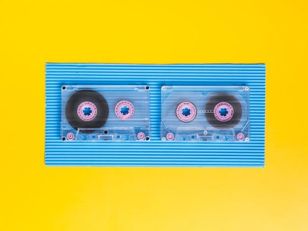 Vista superior fitas cassete transparentes em fundo vibrante Foto gratuita
