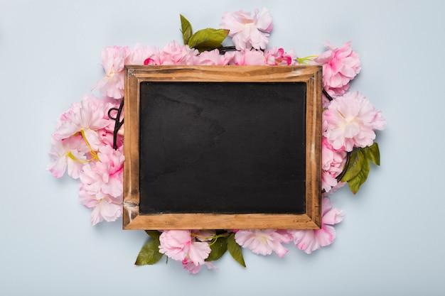 Vista superior flor flores em torno do quadro Foto gratuita