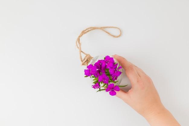 Vista superior flores com as mãos Foto gratuita
