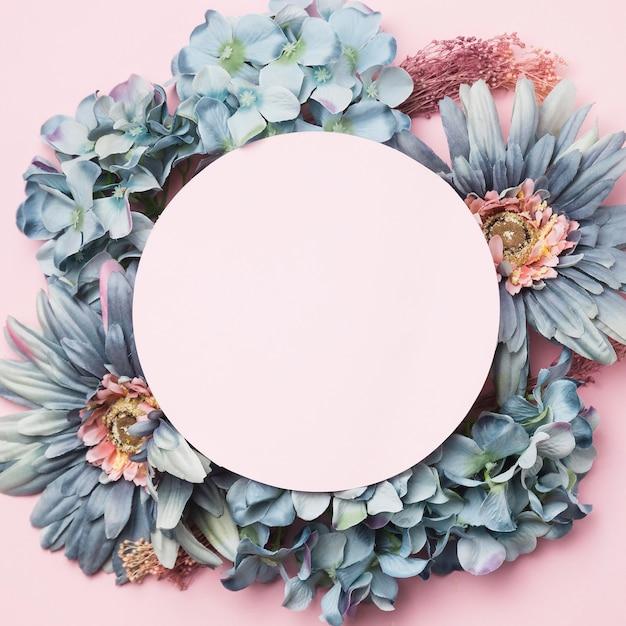 Vista superior flores com círculo rosa blak Foto gratuita