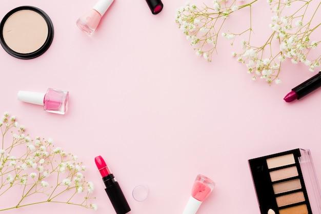 Vista superior flores e maquiagem com espaço de cópia Foto gratuita
