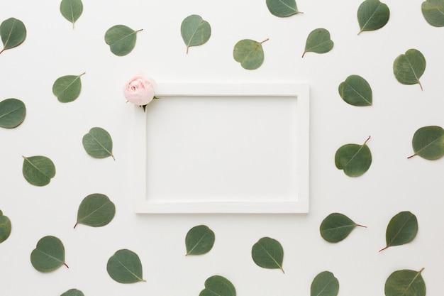 Vista superior folhas e rosas com moldura de espaço de cópia Foto gratuita