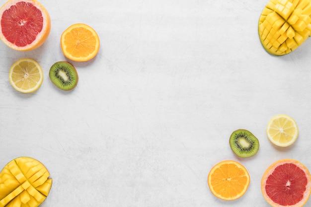 Vista superior frutas exóticas e frescas com espaço de cópia Foto gratuita