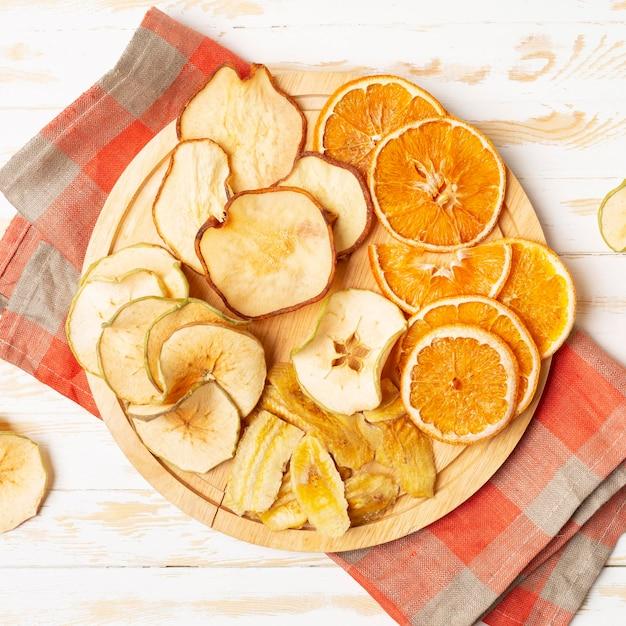 Vista superior frutas secas no prato Foto gratuita
