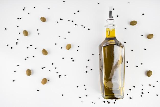 Vista superior garrafa de azeite orgânico Foto gratuita