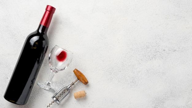 Vista superior garrafa de vinho com copos Foto gratuita