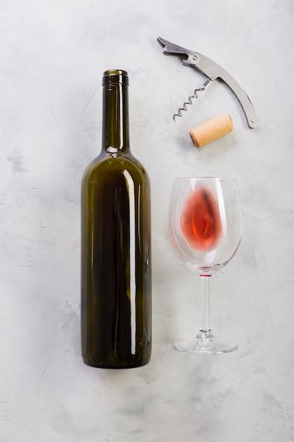 Vista superior garrafa de vinho tinto e copo de vinho Foto Premium