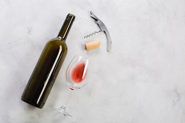 Vista superior garrafa de vinho tinto e saca-rolhas Foto Premium