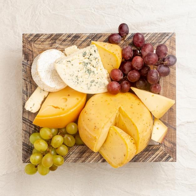 Vista superior gourmet lanches em uma mesa Foto gratuita