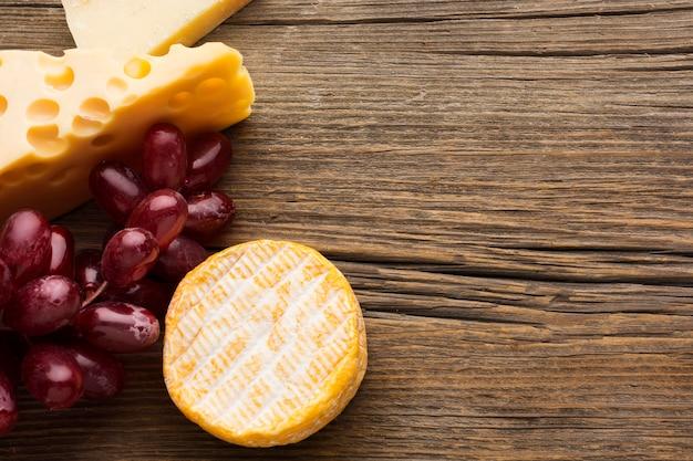 Vista superior gourmet queijo e uvas com espaço de cópia Foto gratuita