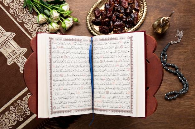 Vista superior islâmica ano novo aberto quran Foto gratuita