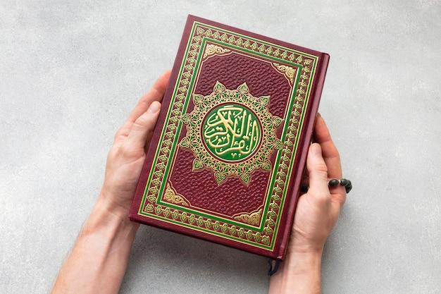 Vista superior islâmica ano novo com livro alcorão Foto gratuita