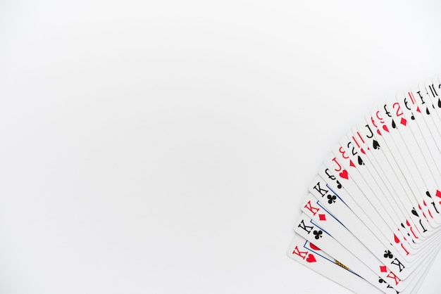 Vista superior jogando cartas no fundo branco Foto gratuita