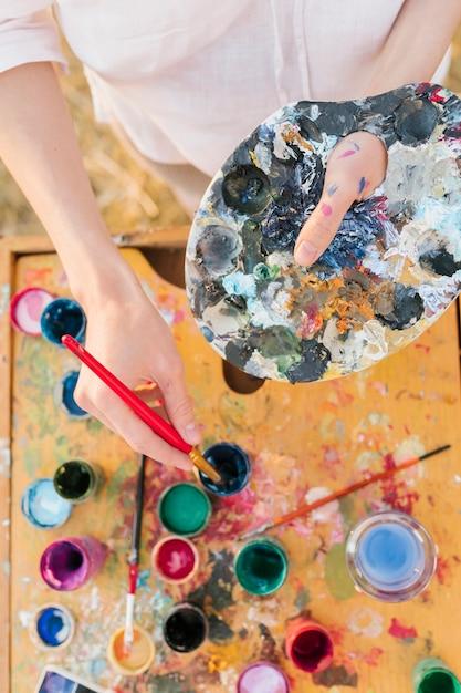 Vista superior jovem com elementos de pintura Foto gratuita