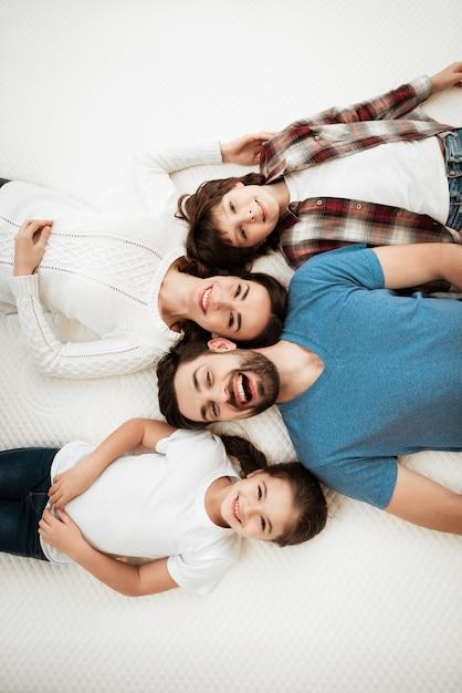 Vista superior, jovem, família feliz, mentindo, ligado, colchão Foto Premium