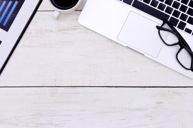 Vista superior laptop fundo e cópia espaço no fundo de madeira, escritório de mesa branca com laptop Foto Premium