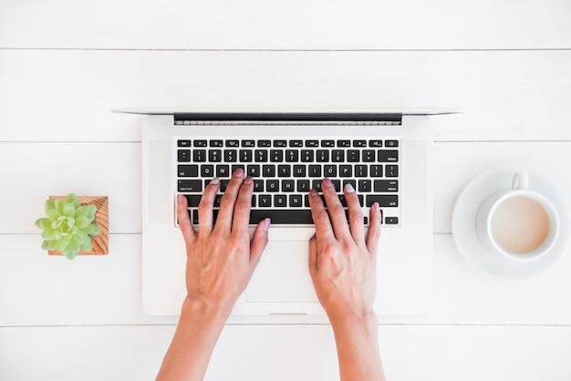 Vista superior laptop na mesa Foto gratuita