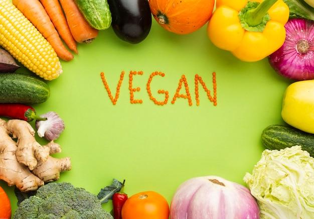 Vista superior letras vegan com legumes deliciosos Foto gratuita