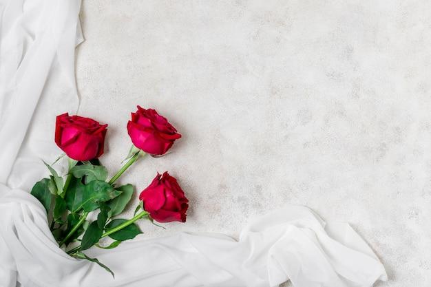 Vista superior lindas rosas vermelhas Foto gratuita