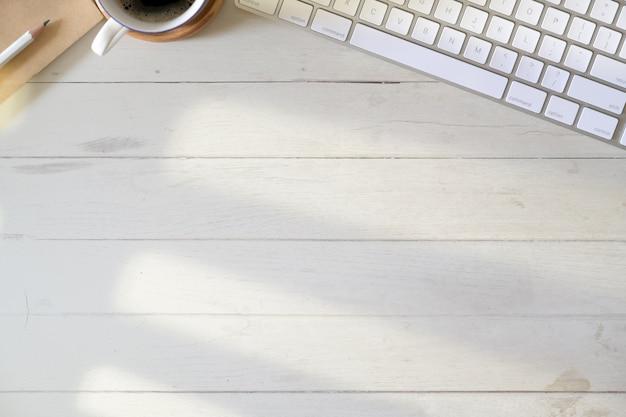 Vista superior loft mesa de escritório de madeira com material de escritório e espaço de cópia Foto Premium