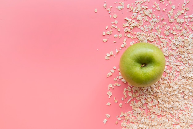 Vista superior maçã e aveia com espaço para texto Foto gratuita