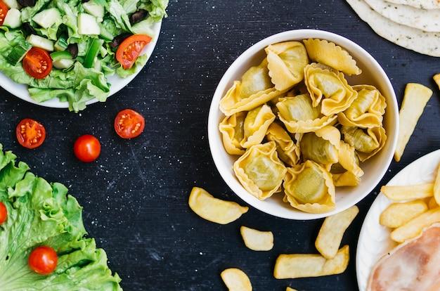 Vista superior macarrão vs salada Foto gratuita