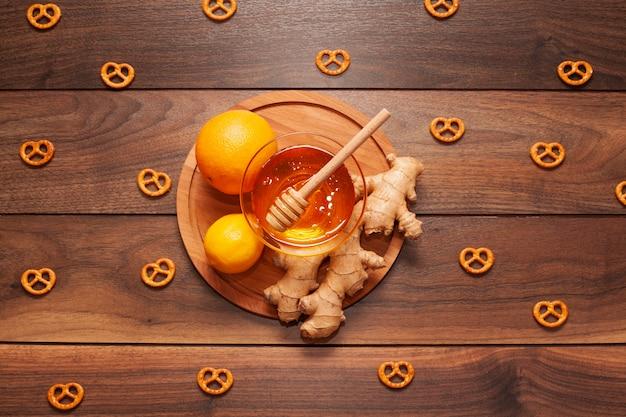 Vista superior mel orgânico com limão e gengibre Foto gratuita