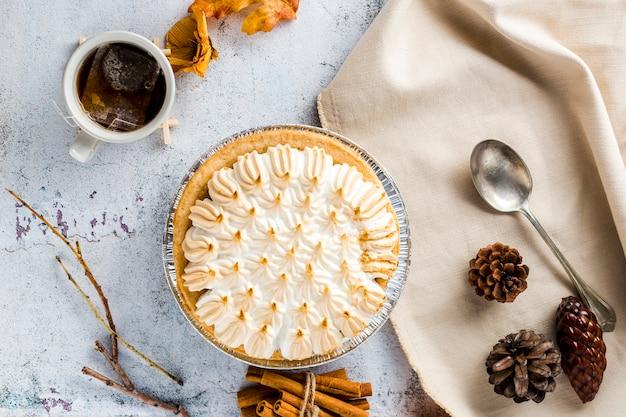 Vista superior merengue com decoração de outono Foto gratuita