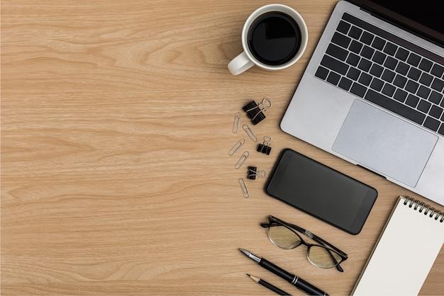 Vista superior mesa de madeira mesa de escritório. espaço de trabalho de configuração plana Foto Premium