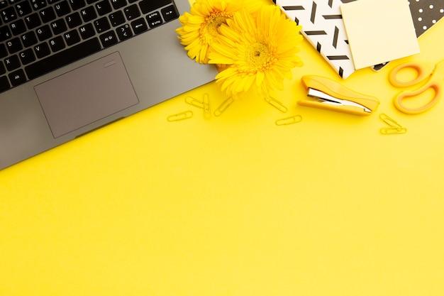 Vista superior mesa de trabalho amarelo com espaço de cópia Foto gratuita