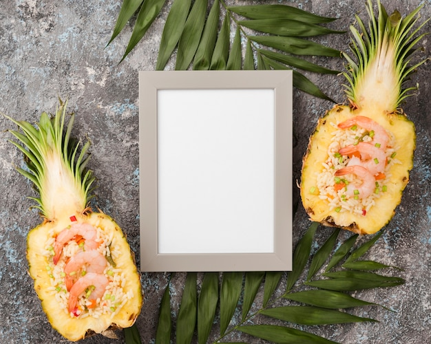 Vista superior metades de abacaxi com moldura vazia Foto gratuita