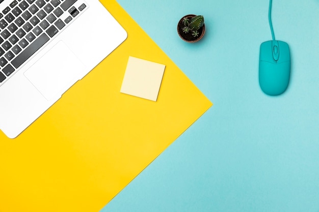 Vista superior minimalista conceito desktop Foto gratuita